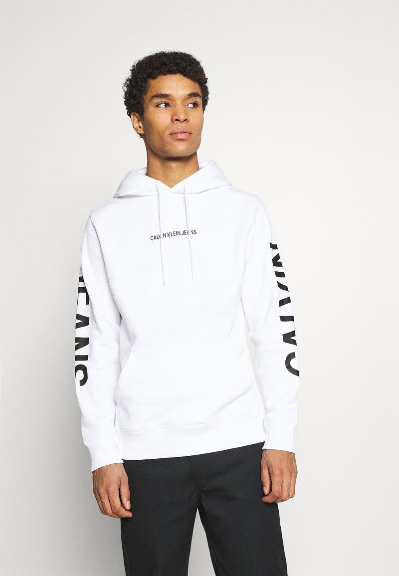 Calvin Klein Jeans - BOLD LOGO HOODIE - Felpa con cappuccio - bright white