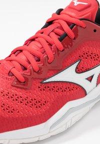 Mizuno - WAVE 5 - Handball shoes - tomato/white/black - 5