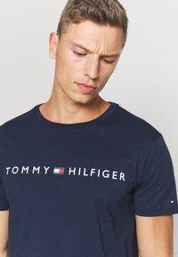Tommy Hilfiger - TEE LOGO - Pyjamashirt - blue - 4