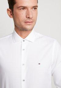 Tommy Hilfiger Tailored - OXFORD CLASSIC SLIM FIT - Camicia elegante - white - 5