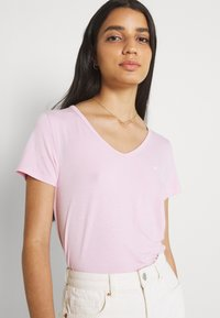 Hollister Co. - EASY MULTIPACK  3 PACK - T-shirt - bas - white/pink mist/xenon blue - 4