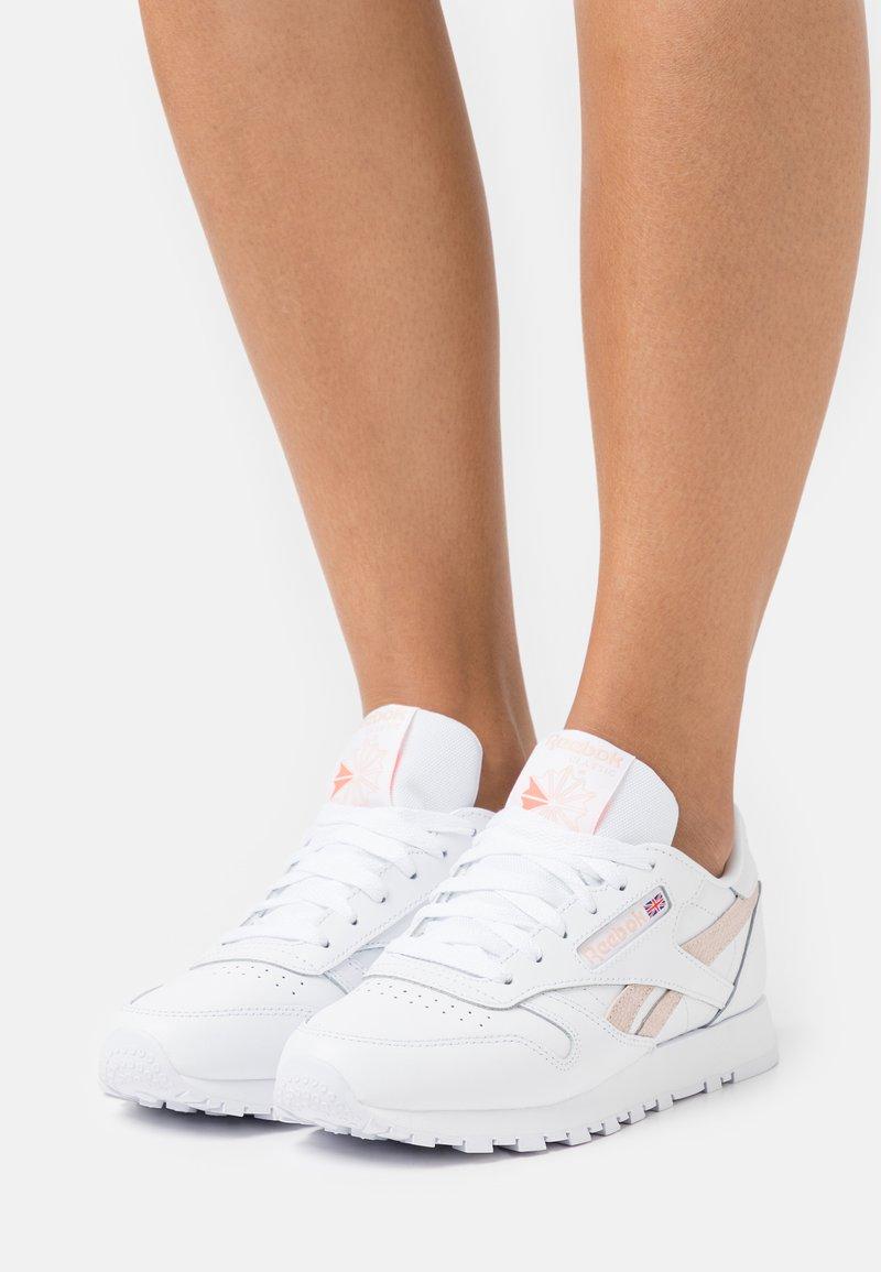 Reebok Classic - CLASSIC  - Sneakersy niskie - white/aura orange/ceramic pink