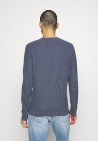 Tommy Hilfiger - HONEYCOMB CREW NECK - Stickad tröja - blue - 2