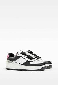 Bershka - MIT PRÄGUNG - Sneakers laag - white - 2