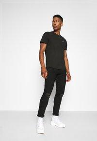 Tommy Jeans - TJM CLASSIC JERSEY C NECK - Basic T-shirt - black - 1