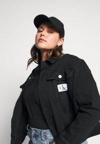 Calvin Klein Jeans Plus - 90S TRUCKER - Denim jacket - black denim - 3
