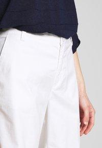 Benetton - BERMUDA - Shorts - white - 5