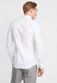 Seidensticker - BUSINESS KENT PATCH EXTRA SLIM FIT - Formal shirt - white - 2