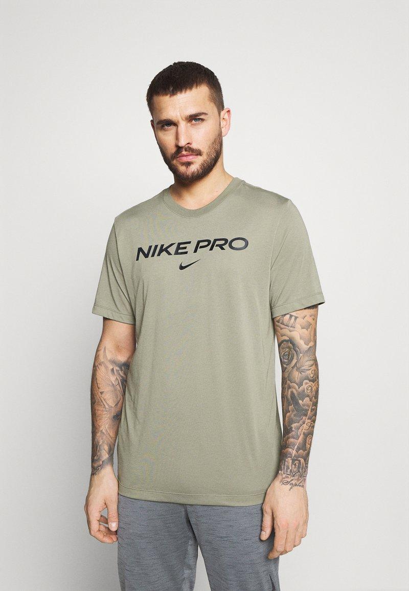 Nike Performance - TEE PRO - T-shirt z nadrukiem - light army