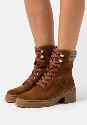 JARACO - Kotníkové boty na platformě - brown