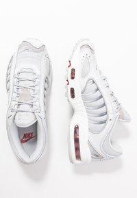 Nike Sportswear - TAILWIND - Matalavartiset tennarit - pure platinum/metallic silver/light redwood/white/cool grey - 5