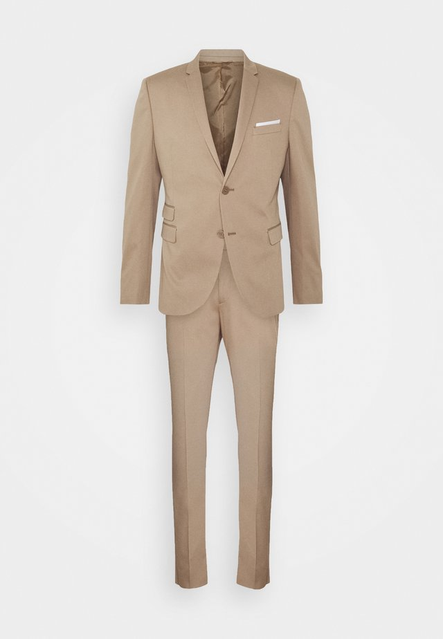 TRAVEL FITTED SLIM SUIT - Puku - dark safari