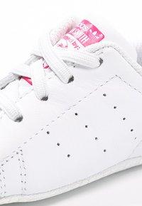 adidas Originals - STAN SMITH CRIB - Chaussons pour bébé - weiß/pink - 5