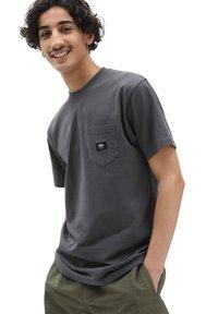 Vans - MN WOVEN PATCH POCKET M - T-shirt med print - asphalt - 0