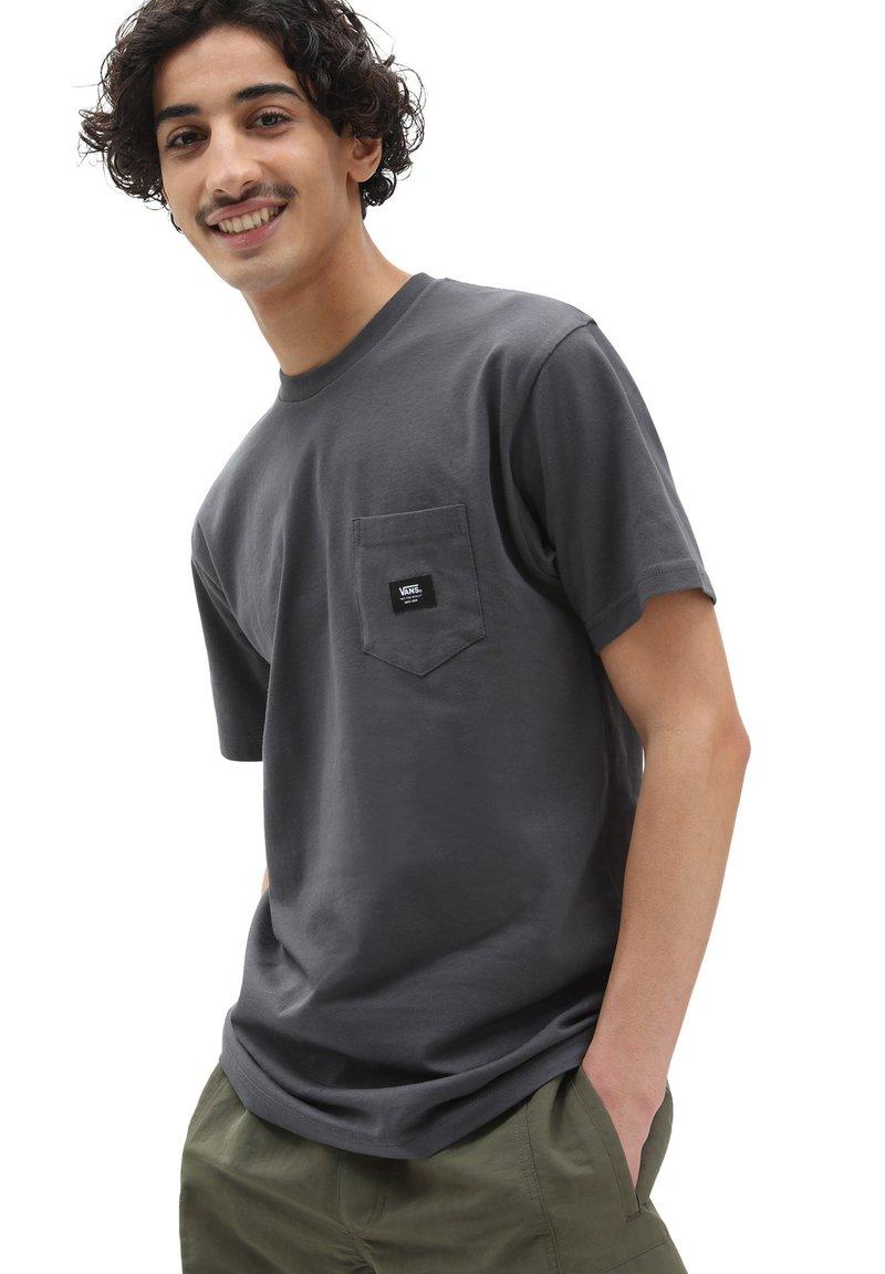 Vans - MN WOVEN PATCH POCKET M - T-shirt med print - asphalt