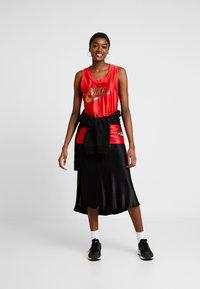 Nike Sportswear - Top - university red/metallic gold - 1