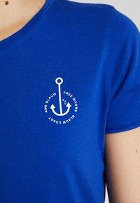 Scotch & Soda - BASIC SHORT SLEEVE TEE IN VARIOUS PRINTS - T-shirts med print - yinmin blue - 4