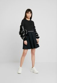 Calvin Klein Jeans - MID SLEEVE MILANO LOGO ELASTIC - Denní šaty - black - 2