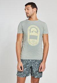 Shiwi - TROPICS PLACED PRINT - Print T-shirt - miami pistache - 0