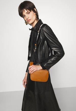 TEBE CROSSBODY BAG - Across body bag - caramel