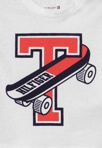 Tommy Hilfiger - BABY SKATEBOARD UNISEX - Print T-shirt - white - 2