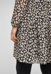 comma - MIT VOLANTS - Day dress - black dot love - 5