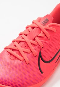 Nike Performance - MERCURIAL JR VAPOR 13 ACADEMY IC UNISEX - Indoor football boots - laser crimson/black - 2