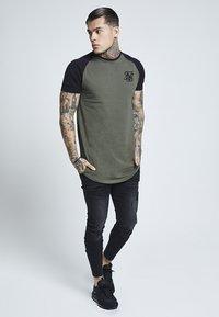 SIKSILK - RAGLAN GYM TEE - T-shirt print - khaki & black - 1