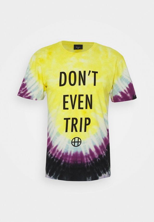 DON'T EVEN TRIP TEE - Print T-shirt - yellow