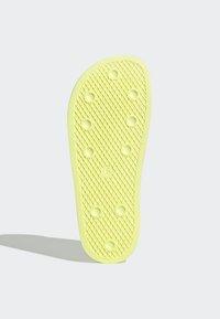 adidas Originals - ADILETTE SLIDES - Badesandaler - yellow - 5