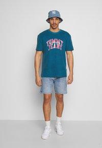 Tommy Jeans - NOVEL VARSITY LOGO TEE - Print T-shirt - audacious blue - 1