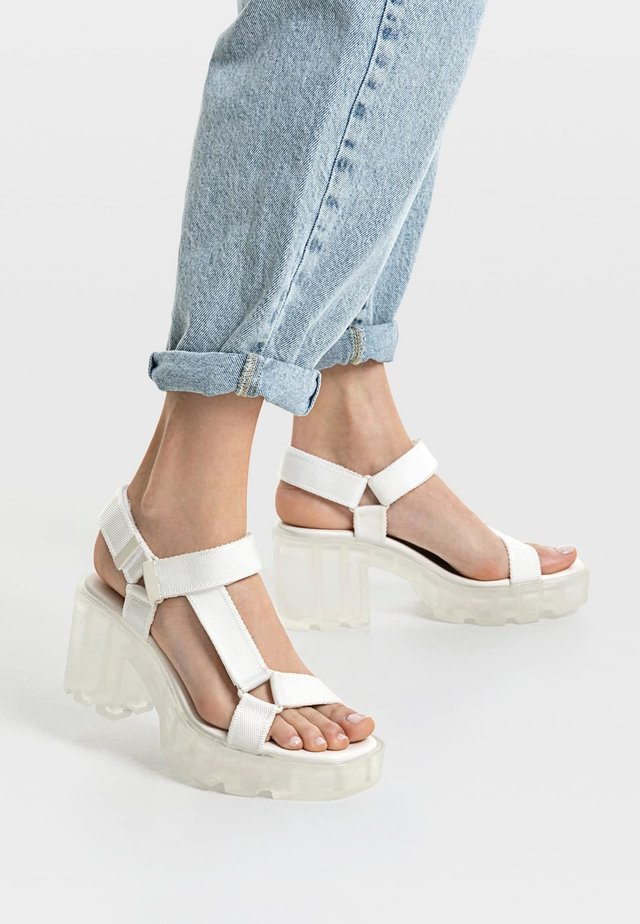 MIT TRANSPARENTER LAUFSOHLE - Korkeakorkoiset sandaalit - white