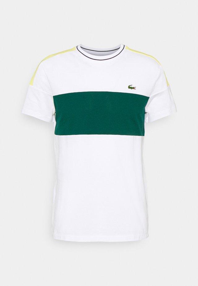 TOUR - Camiseta estampada - white/swing/daphne yellow/black