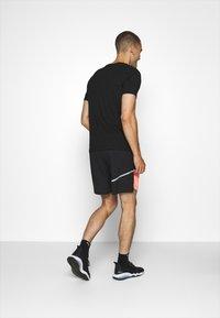 Puma - RUN LITE SHORT - Sports shorts - black/peach - 2