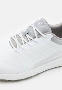 Skechers Performance - GO GOLF ELITE 4 - Golf shoes - white/gray - 5