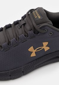 Under Armour - CHARGED ROGUE 2 STORM - Zapatillas de running neutras - blackout purple - 5
