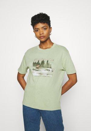 SHORTLEAF PINE TEE - Print T-shirt - green