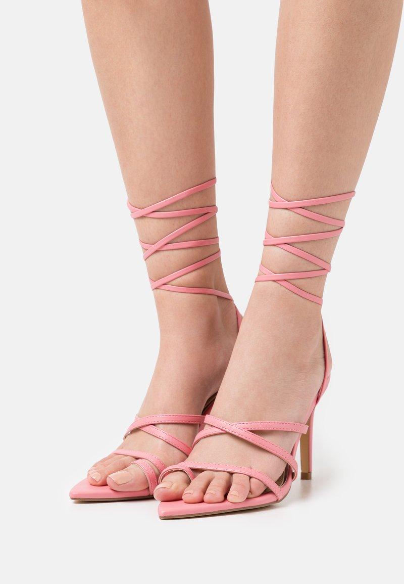Glamorous - Sandály s odděleným palcem - pink