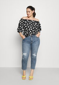 ONLY Carmakoma - CARMILY MOM ANKEL - Jeans Tapered Fit - medium blue denim - 1