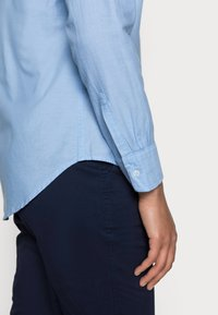 GAP - FITTED BOYFRIEND  - Button-down blouse - light blue - 4