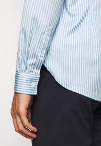 Michael Kors - BOLD STRIPE EASY CARE SLIM - Shirt - light blue - 6