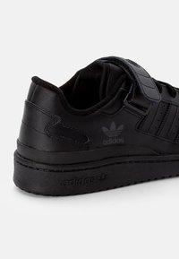 adidas Originals - FORUM LOW UNISEX - Joggesko - core black - 5