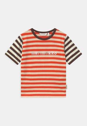 LEUTO TASARAITA UNISEX - T-Shirt print - orange red/light beige