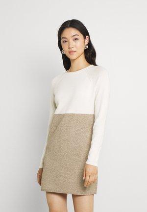 Strikket kjole - whitecap gray/beige melange