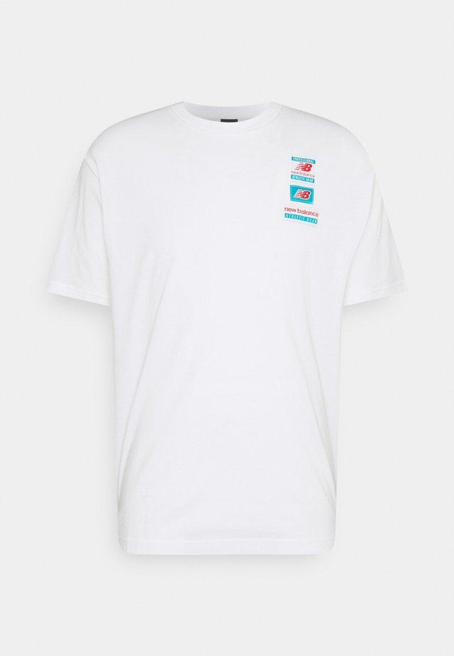ESSENTIALS TAG TEE - T-shirt - bas - white