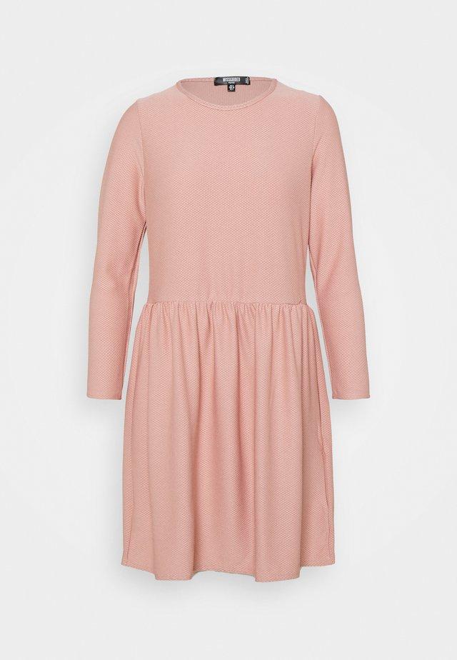 TEXTUREN SMOCK DRESS - Robe en jersey - pink