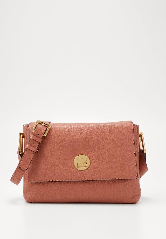 LIYA - Handtasche - litchi/rose