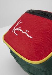 Karl Kani - SIGNATURE BLOCK WAIST BAG - Heuptas - red/green/yellow - 4