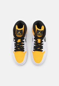 Jordan - WOMENS AIR JORDAN 1 MID - Sneakersy wysokie - white/black/university gold - 5