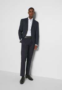 Isaac Dewhirst - BOLD STRIPE SUIT - Suit - dark blue - 10